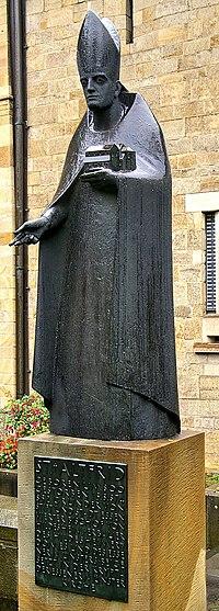 Altfrid Statue am Essener Münster.jpg