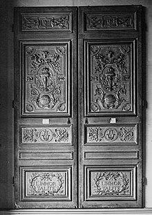 Ancienne porte de l'Académie française (avant 1780) avec la devise «À l'immortalité»