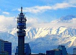 Torre Entel, principal centro de comunicaciones del país, con la Cordillera de Los Andes de fondo.
