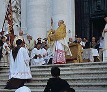 Il cardinale Scola a Venezia mentre impartisce la benedizione eucaristica