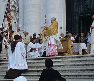 Angelo Scola - Cardinal Scola blessing the faithful with the Blessed Sacrament in Venice, 2005.