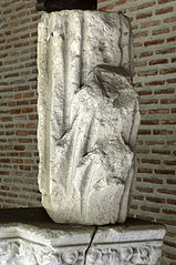 Elément de pierre taillée moulurée