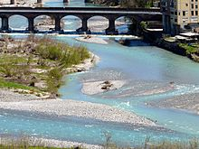 Il torrente Aulella con il ponte della Strada della Cisa e che una volta ospitava anche il tracciato della ferrovia Pontremolese, dismesso nel 2005.