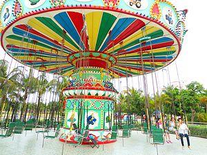 Baishamen Park - Image: Baishamen Park amusement park swing ride 01