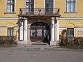 Batthyány-kastély, kosáríves kocsiáthajtó, oszloppárok, kovácsoltvas erkély, 2019 Kisbér.jpg
