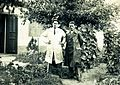 Batthyány utca 47-b, balra Kocsis András szobrászművész a háza kertjében. Fortepan 101172.jpg
