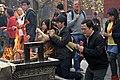 Beijing-Lamakloster Yonghe-42-Hof3-Opfernde-gje.jpg