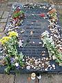 Bergen-Belsen-Gedenktafel-fuer-verschiededene-Opfergruppen.JPG