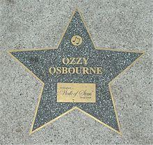 Étoile grise insérée sur un trottoir avec marqué dessus 'Ozzy Osbourne'.