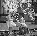 Bloeiende Betuwe, kinderen spelen onder de bloesems, Bestanddeelnr 910-3069.jpg