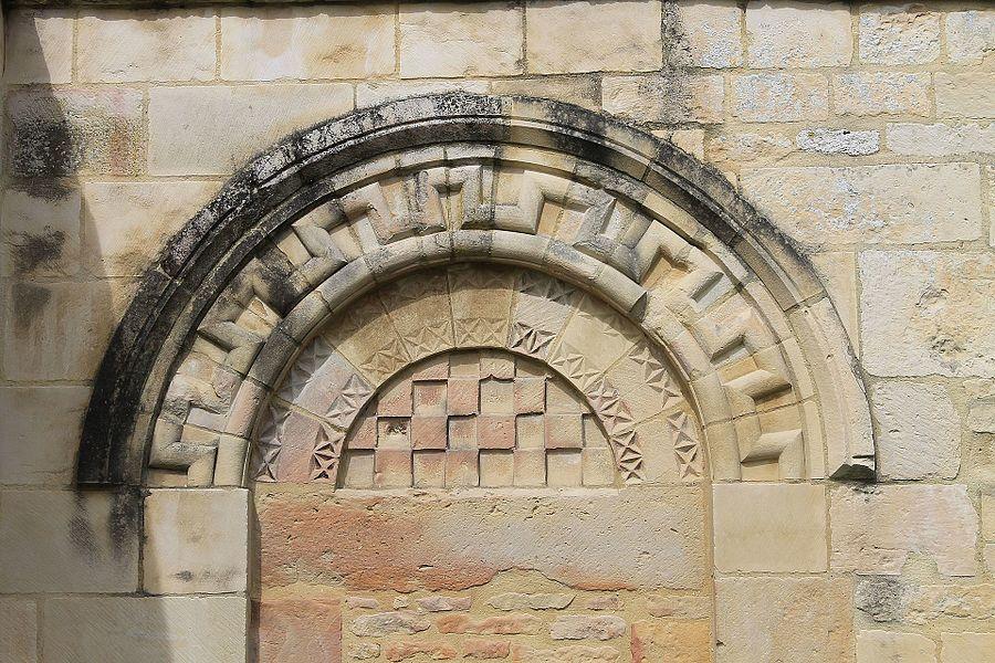 Porte romane, vestige de l'église Saint-Pierre sur le mur du cimetière du Domaine de la Baronnie à Bretteville-sur-Odon (Calvados)