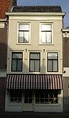 Gepleisterde lijstgevel voor woonhuis van parterre en verdieping met schilddak