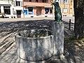Brunnen mit drei Pinguinen.jpg