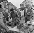 Bundesarchiv B 145 Bild-F011174-0010, Bonn, Flüchtlingsfamilie auf dem Markt.jpg