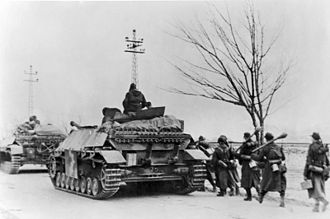 Jagdpanzer IV - Jagdpanzer IV with infantry support, Hungary, 1944