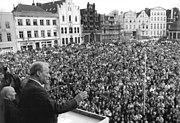 Bundesarchiv Bild 183-1990-0316-035, Wismar, SPD-Wahlkundgebung, Willy Brandt