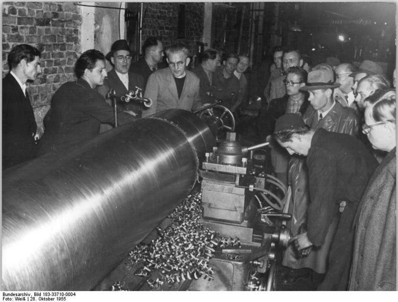 """File:Bundesarchiv Bild 183-33710-0004, VEB Großdrehmaschinenwerk """"7.Oktober"""", Sprühkühlverfahren.jpg"""