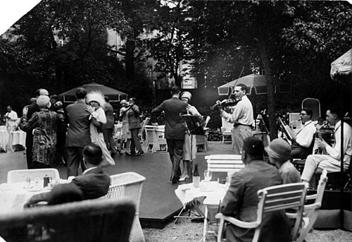 "The ""Golden Twenties"" in Berlin: a jazz band plays for a tea dance at the hotel Esplanade, 1926 Bundesarchiv Bild 183-K0623-0502-001, Berlin, Tanztee im ""Esplanade"".jpg"
