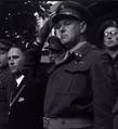 Burgemeester J.H. Roukema en luitenant-kolonel Mouwen (1947).png