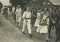 Burgers en Nederlandse militairen onderweg tijdens de 20e vierdaagse. – F40098 – KNBLO.jpg