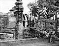 COLLECTIE TROPENMUSEUM De vorst (Anak Agung) van Karang Asem begeeft zich met zijn familie naar de pura te Karang Asem op Bali om te bidden TMnr 10001285.jpg
