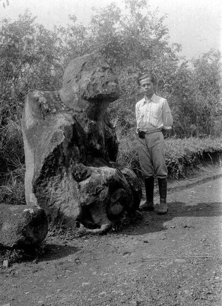 File:COLLECTIE TROPENMUSEUM Een westers geklede Indische man staat naast een groot stenen zittend beeld met halsketting Zuid-Sumatra TMnr 10000987.jpg