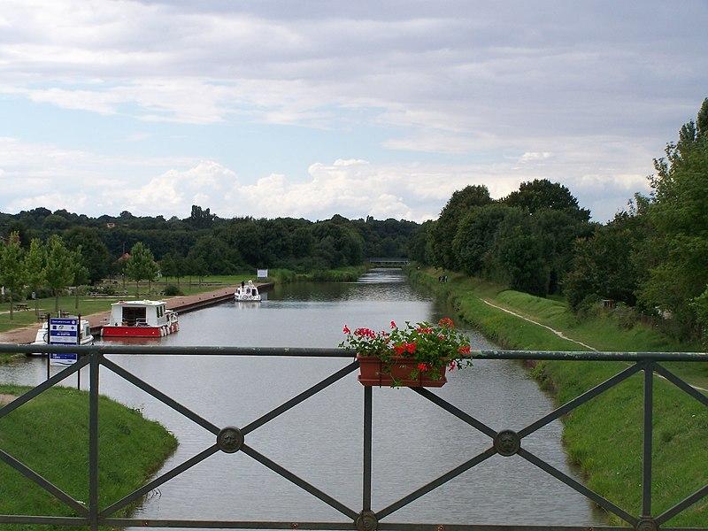 Vue sur le canal latéral à la Loire au lieu-dit le Guétin sur la commune de Cuffy, à l'entrée du Pont-canal du Guétin.