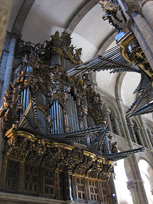 En chamade - The double-faceted baroque organ of the Cathedral of Santiago de Compostella. Notice the en chamade pipes (trumpets) protruding outwards from its lower part.