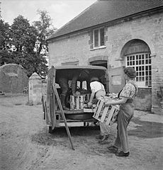 Cecil Beaton Photographs- Women's Horticultural College, Waterperry House, Oxfordshire, 1943 DB257.jpg