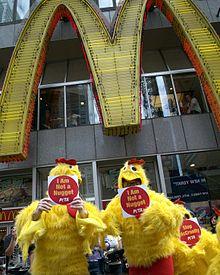 Manifestazione contro i McChicken organizzata dal PETA