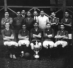 Copa de Competencia La Nación - Rosario Central players posing with the trophy in 1913