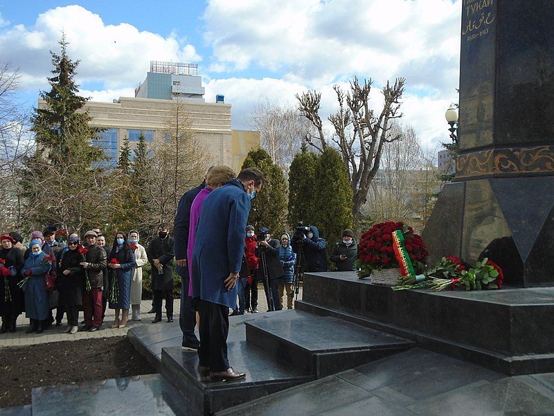 Ceremony of laying flowers at the Gabdulla Tukay monument (2021-04-26) 49.jpg
