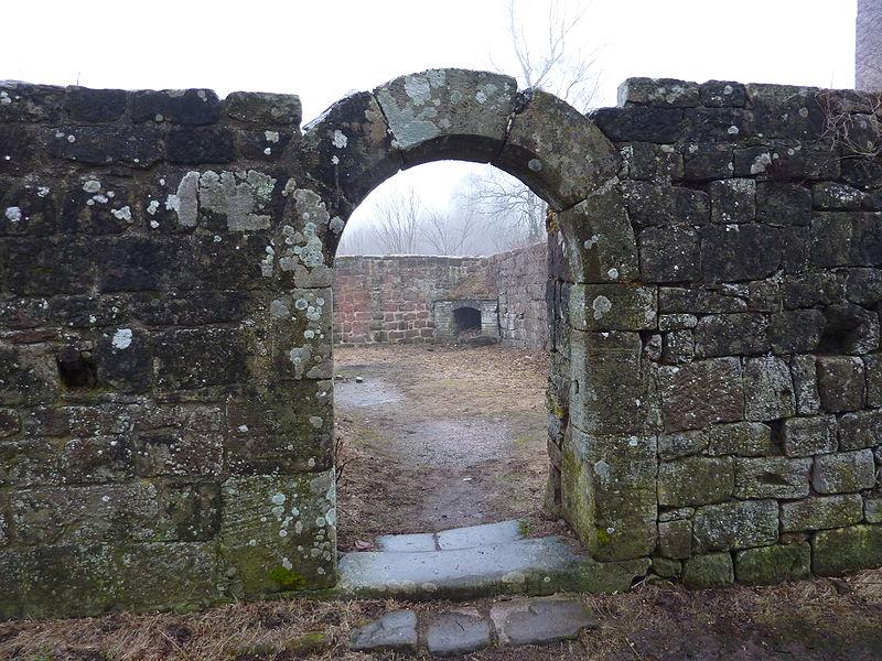 Porte du bâtiment est, château du Lutzelbourg, Lutzelbourg, Moselle, France