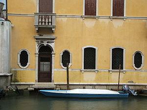 Palazzi in stile veneziano dai colori vivaci si affacciano sul Canal Vena, che taglia longitudinalmente Chioggia ed è uno dei più pittoreschi della città