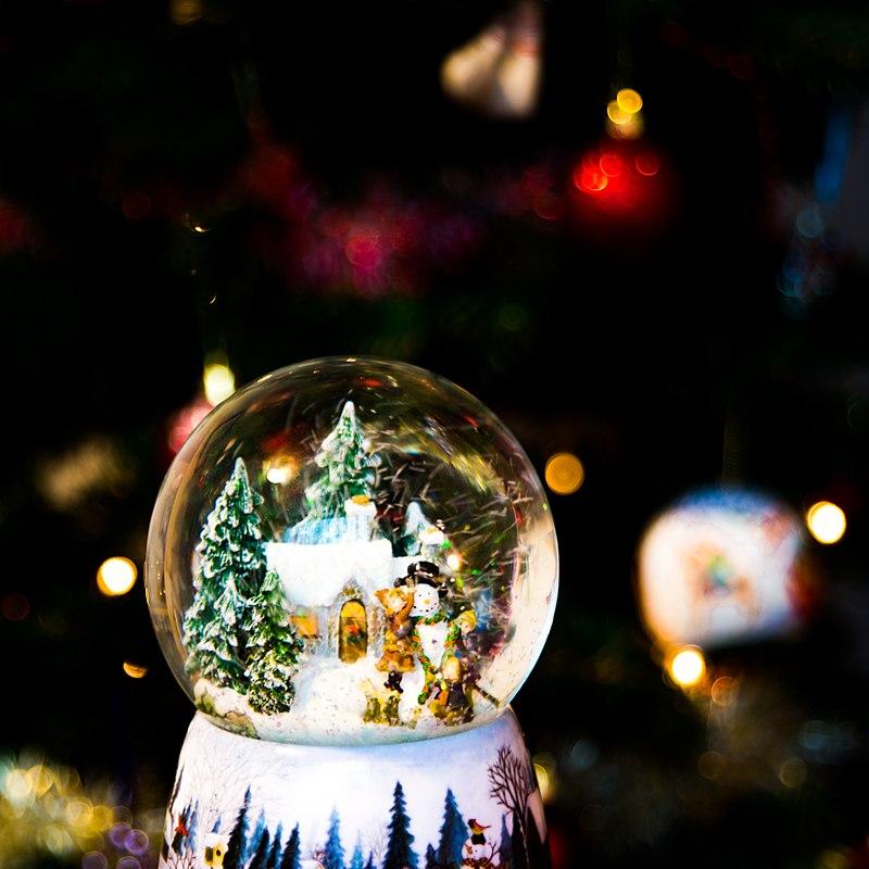 https://upload.wikimedia.org/wikipedia/commons/thumb/6/6a/Christmas_snowglobe_%28Unsplash%29.jpg/800px-Christmas_snowglobe_%28Unsplash%29.jpg
