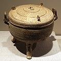 Cina, dinastia zhou orientale, versione cramica di un contenitore rituale in bronzo per cucina il cibo, IV secolo ac. ca.jpg