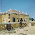 Collectie Nationaal Museum van Wereldculturen TM-20029526 Arubaans huis Aruba Boy Lawson (Fotograaf).jpg