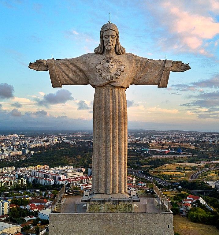 Statue de Jésus roi à Lisbonne sur le bord du Tage. Photo de Deensel.