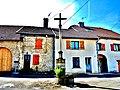 Croix pommée, en haut du village.jpg