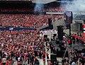 Crowd cheers as Toews hoists the cup(18569257334).jpg