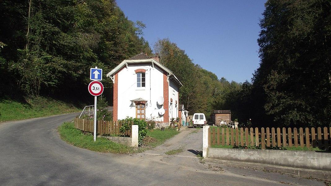 Daigny stationsgebouw van de vroegere CFDA meterspoorlijn Sedan - Corbion