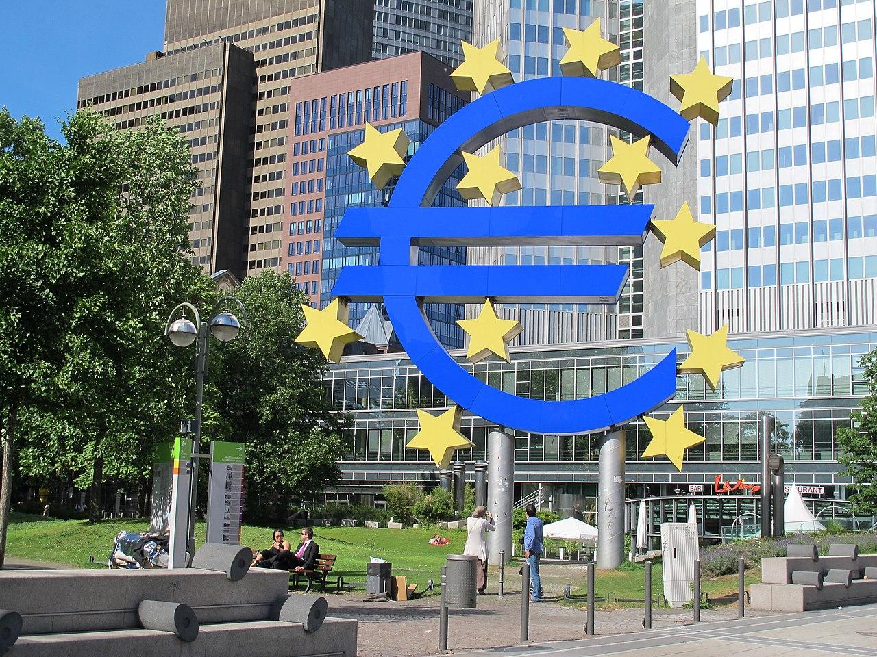 Die Euro-Statue mit zwölf Sternen - panoramio.jpg