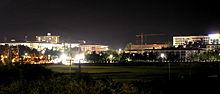 Una scena notturna di un complesso edilizio.