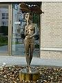 Dresden Brunnenfigur Mädchen mit Blatt 08.jpg
