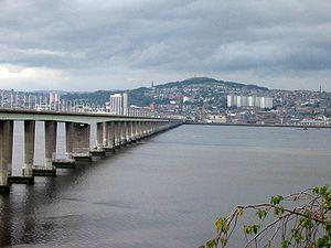 Blick über den Tay auf die Stadt und Dundee Law