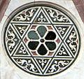 Duomo di firenze, medaglioni intarsiati in marmi policromi nei timpani delle finestre sui fianchi 02,1.jpg