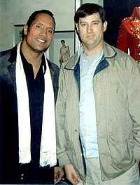 The Rock ao lado do ator Eric Bruno Borgman em 2006 nos bastidores do filme The Game Plan.
