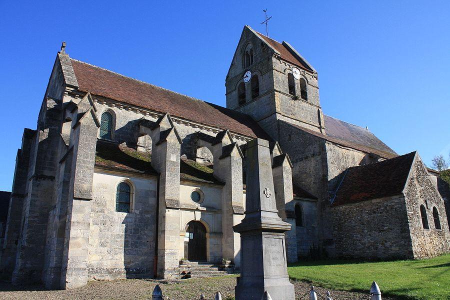Église Saint-Rubin-et-Saint-Valère de Coulonges précédé de son monument aux morts.