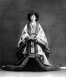 L'imperatrice Kōjun en tenue traditionnelle shinto pour son intronisation en 1928.