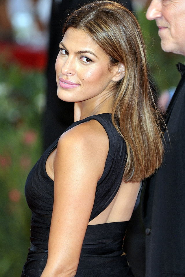 The 43-year old daughter of father Juan Carlos Mendez and mother Eva Perez Suarez, 168 cm tall Eva Mendes in 2018 photo